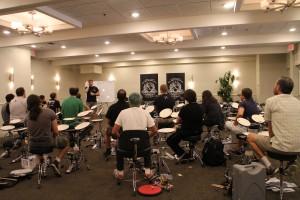 Undervisningen til Big Drum Bonanza foregår som klasseundervisning. Her er det Thomas selv, der tegner og fortæller.